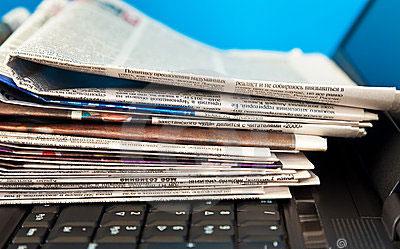 pila-de-periódicos-en-la-co